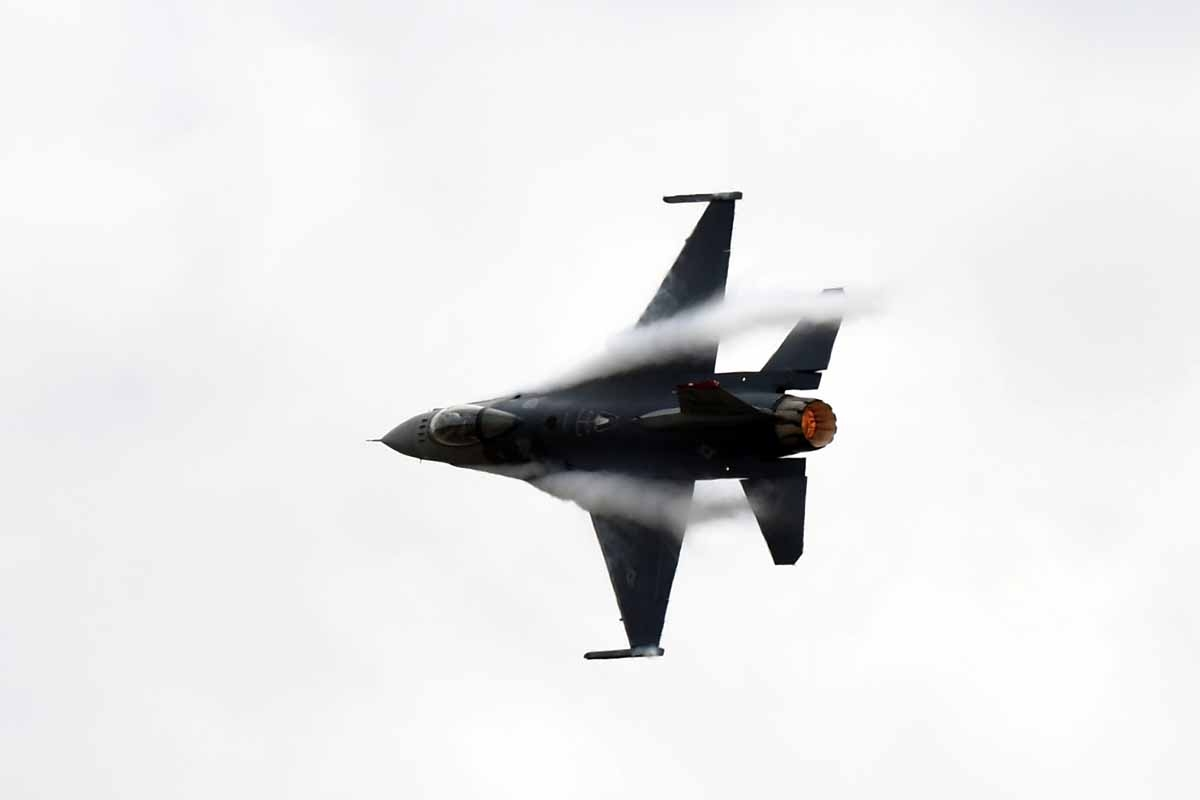 A US Air Force F-16C Fighting Falcon performs its flight routine during the Australian International Airshow in Melbourne on March 5, 2017.