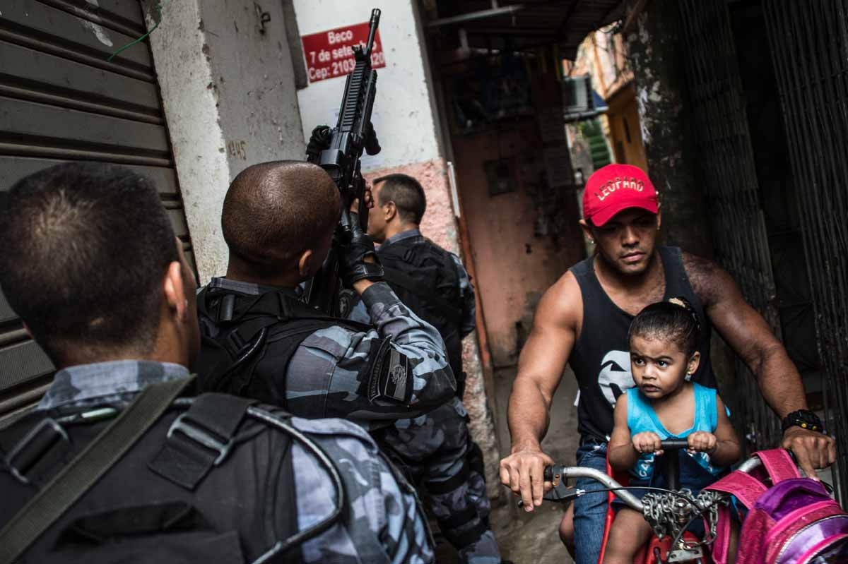 PM militarized police commandos patrol the Praia da Ramos and Roquette Pinto communities, part of the Mare Complex shantytown in Rio de Janeiro, Brazil, on April 1, 2015.