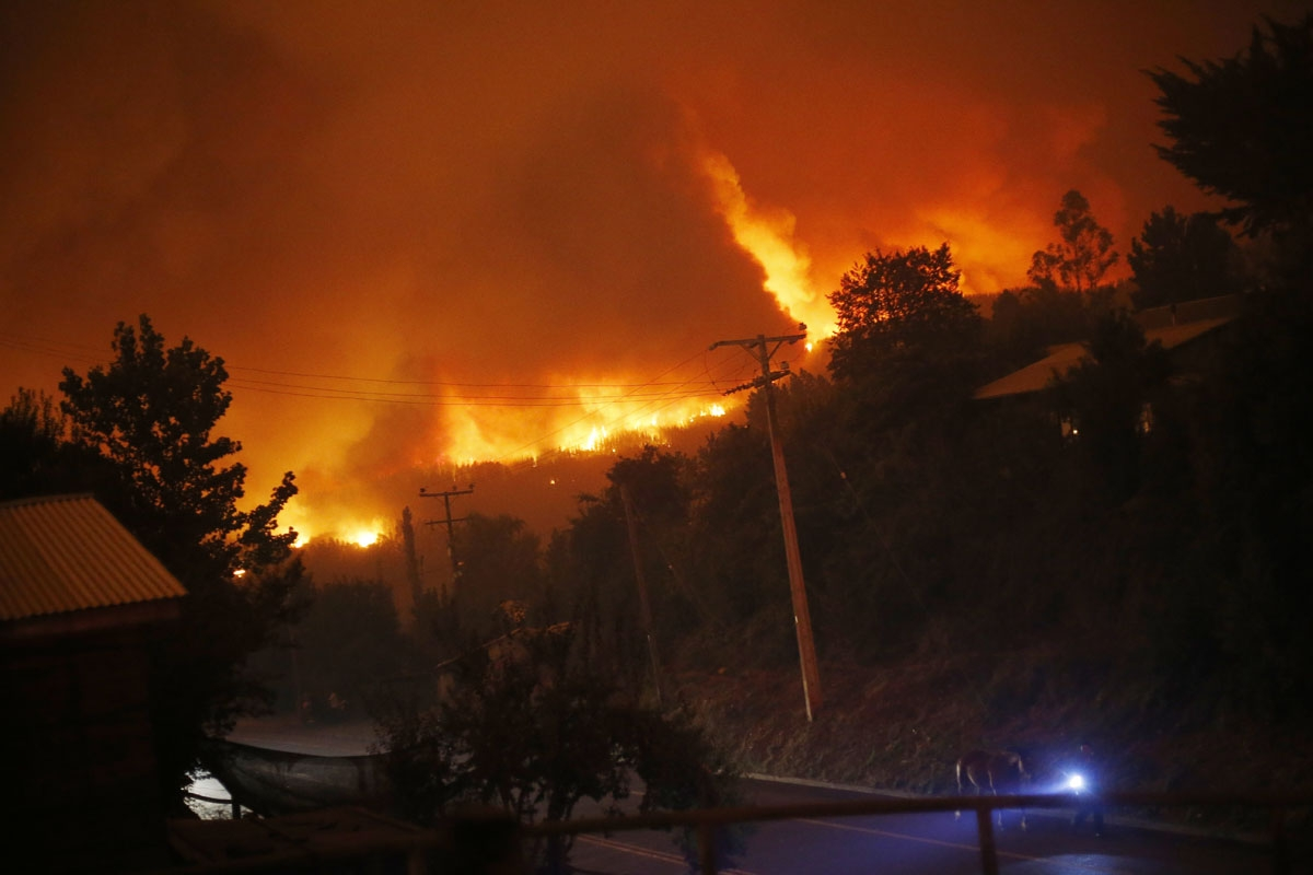 A forest fire burns out of control in Santa Olga, 240 km south of Santiago, on January 25, 2017.