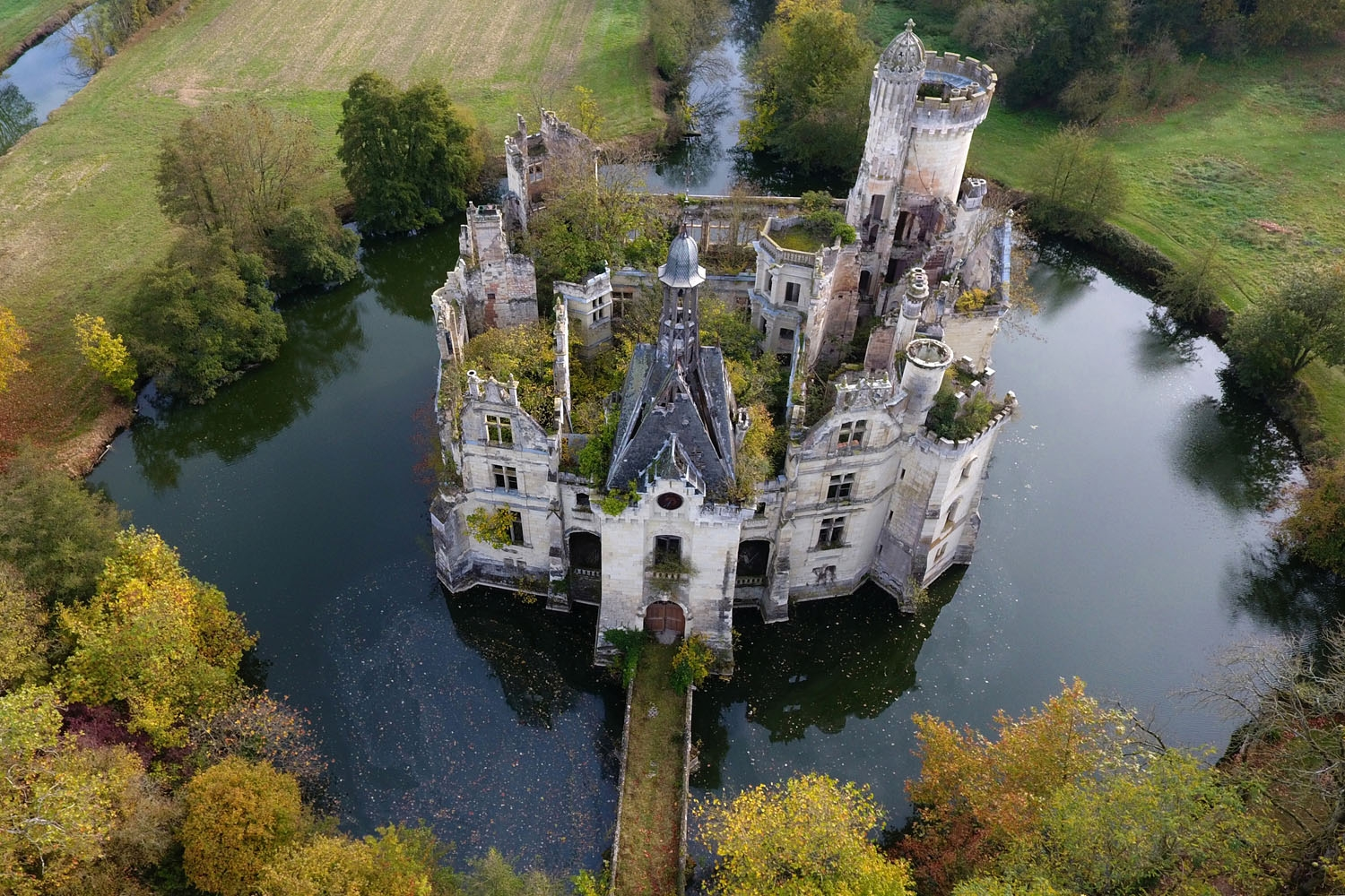 A picture taken on November 3, 2017 shows an aerial view of the ruined castle of La Mothe-Chandeniers, in Les Trois-Moutiers, central western France. Specialized in the rescue of old stones, the crowdfunding site Dartagnans.fr and the association Adopte u