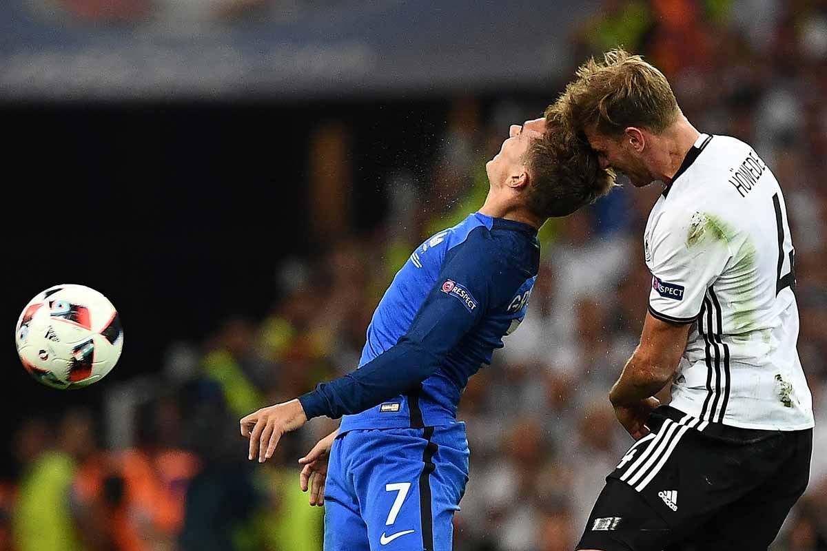 France's forward Antoine Griezmann (L) vies for the ball against Germany's defender Benedikt Hoewedes during the Euro 2016 semi-final football match between Germany and France at the Stade Velodrome in Marseille on July 7, 2016.  / AFP PHOTO / FRANCK FIFE