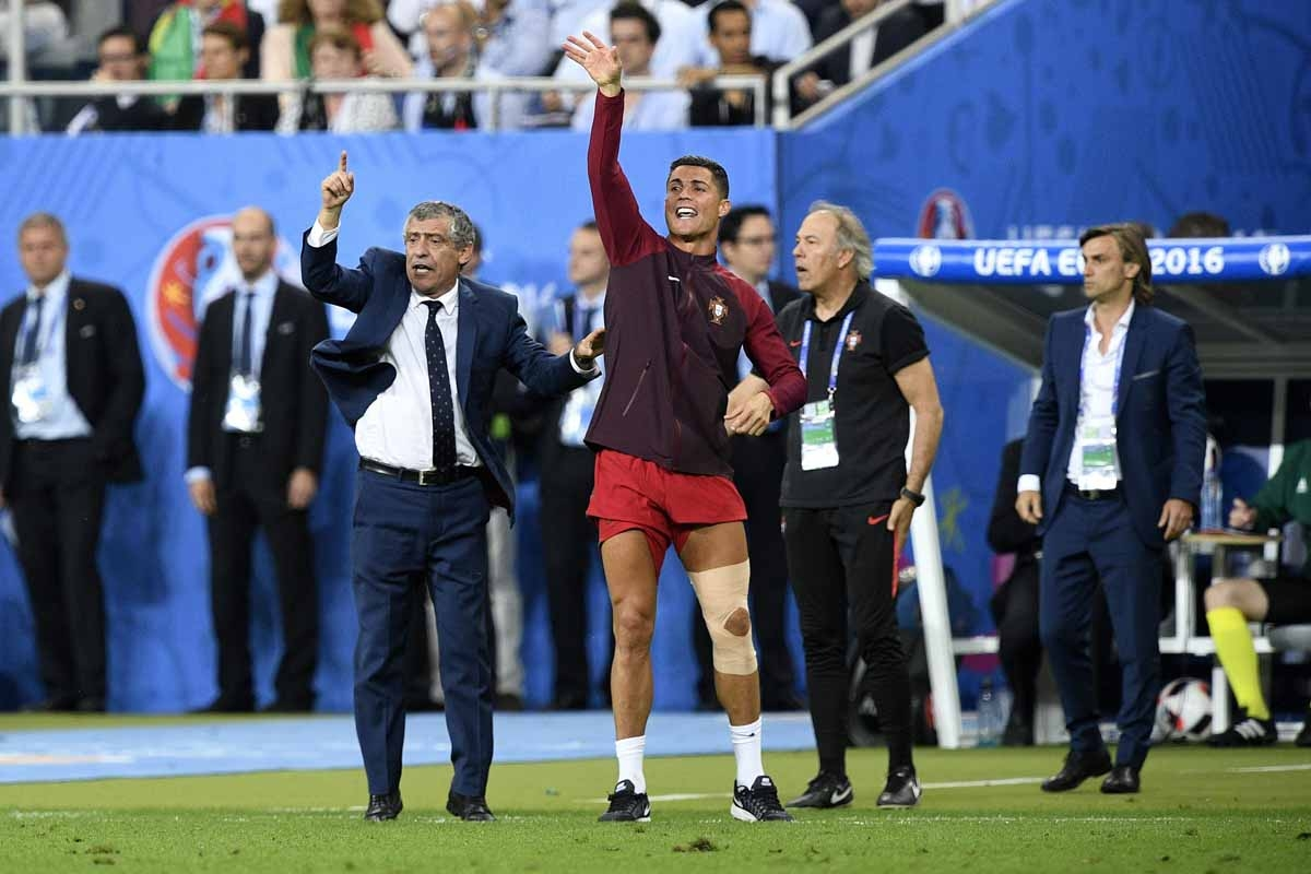 Portugal's coach Fernando Santos (L) and Portugal's forward Cristiano Ronaldo react during the last minutes of the Euro 2016 final football match between France and Portugal at the Stade de France in Saint-Denis, north of Paris, on July 10, 2016. Portugal