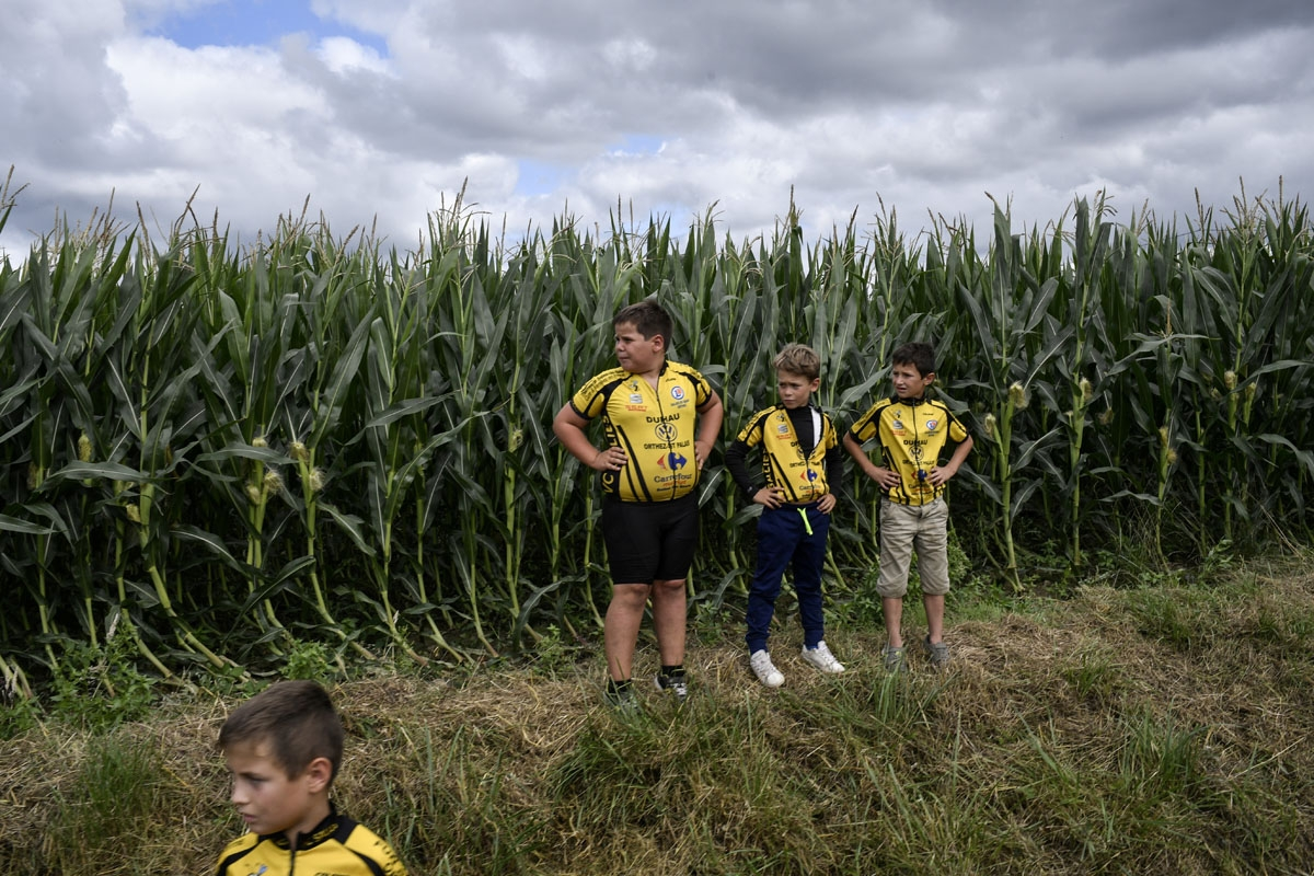 Young supporters wait for riders along the road during the 203,5km eleventh stage of the 104th edition of the Tour de France cycling race on July 12, 2017 between Eymet and Pau. /