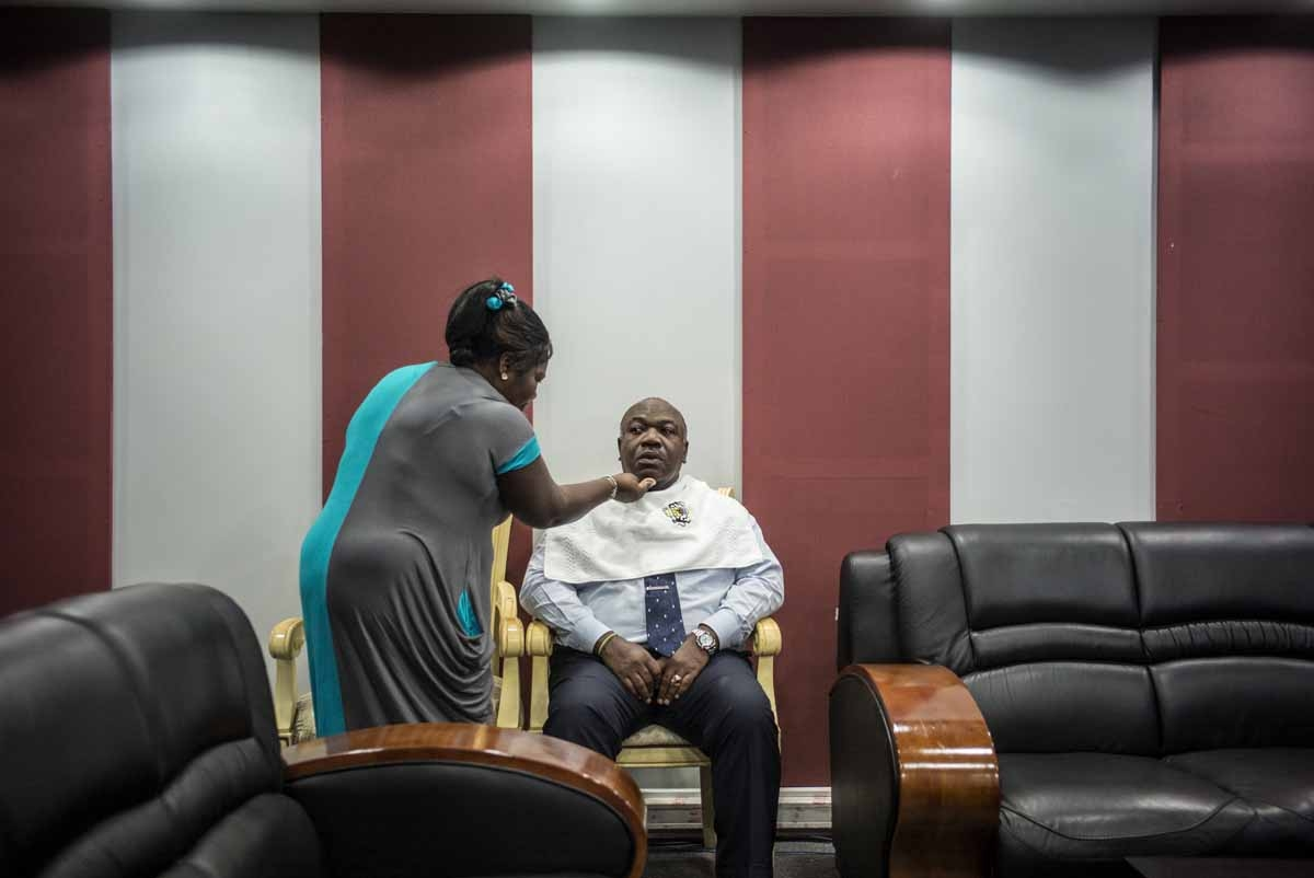 Incumbent Gabonese President Ali Bongo Ondimba sits for make up ahead of tonight's televised electoral debate on August 24, 2016 at the Gabon National Television building in Libreville. / AFP PHOTO / MARCO LONGARI