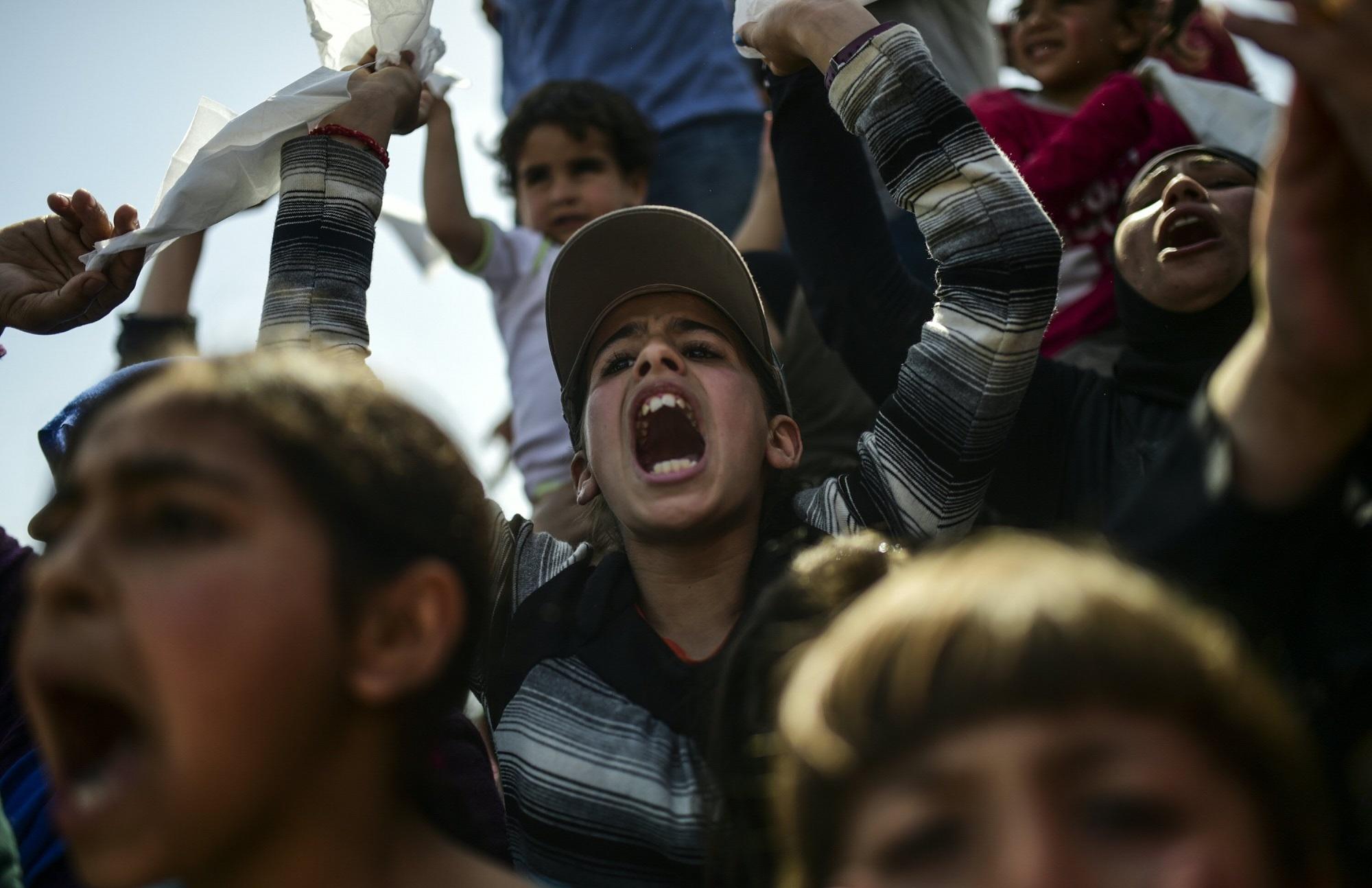 Des réfugiés massés devant la frontière macédonienne à Idomeni, en Grèce, le 6 avril 2016