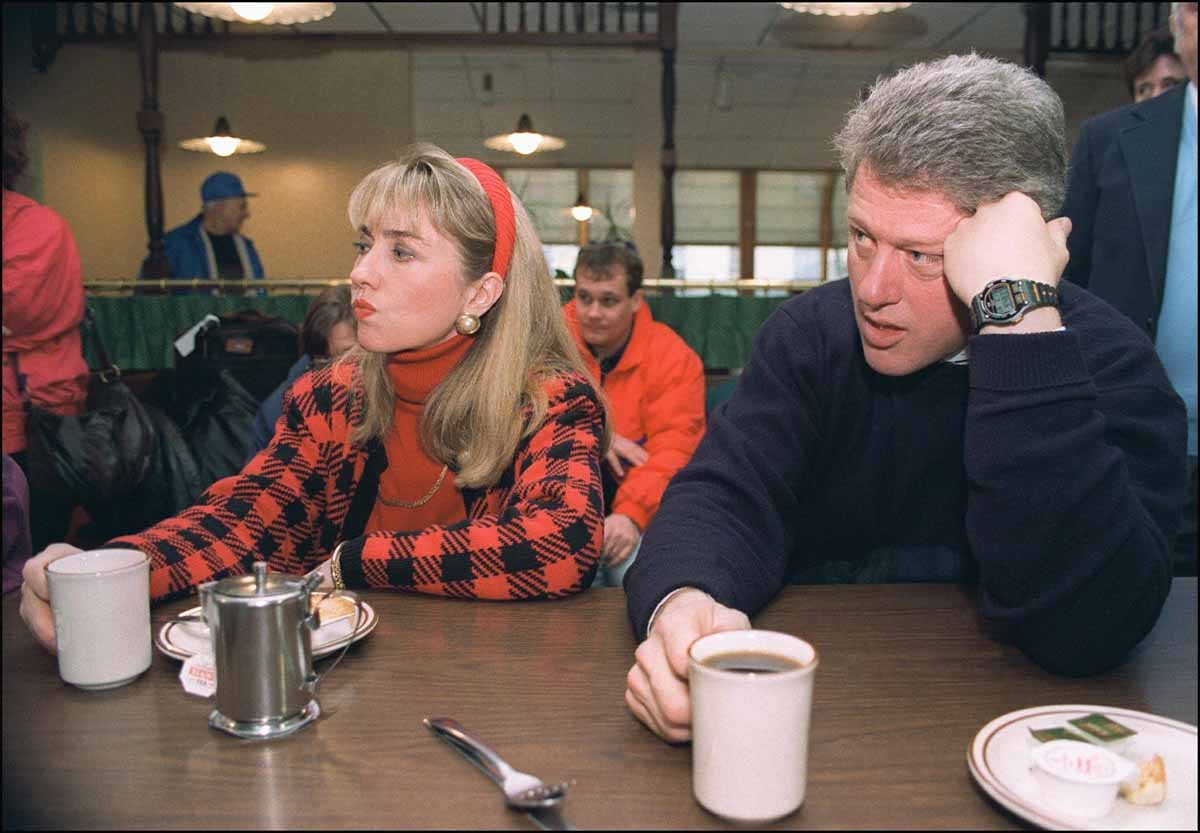 Democratic presidential candidate Bill Clinton (r) in a picture dated 16 February 1992 in Bedford and his wife Hillary relax during campaign tour. / AFP PHOTO / JOHN MOTTERN