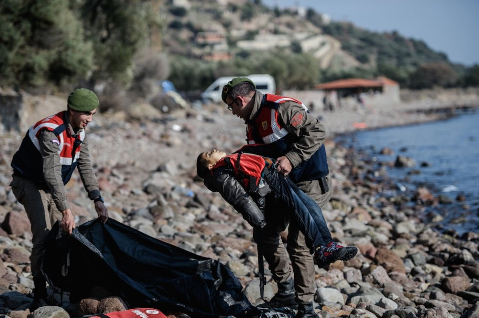 Turkish police put the body of a child into a bodybag. January 30, 2016. (AFP/Ozan Kose)