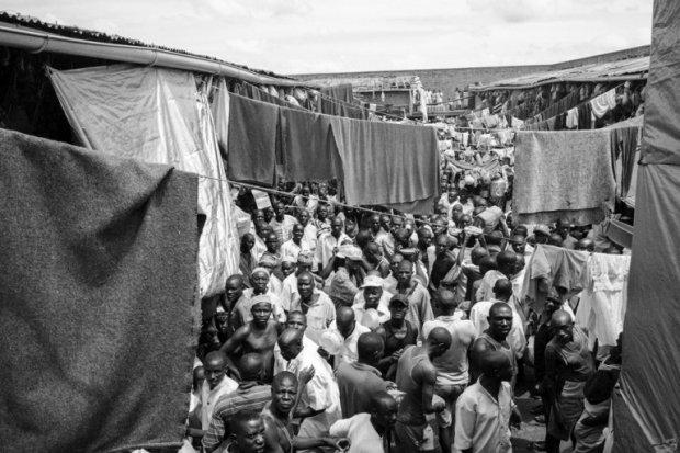 Rwandan inmates crowding the main yard at the local prison in Gisovu. (AFP Photo/Marco Longari)