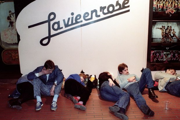 Tired East German rest in front of the cabaret 'La vie en rose' on Kurfurstendamm, on November 12, 1989 (AFP Photo / Gilles Leimdorfer)