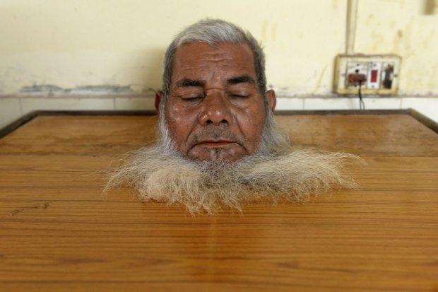 Bhopal gas disaster survivor Akbar Khan, 70, sits inside a steam box as part of rehabilitation using traditional Ayurvedic treatment at the Sambhavna Trust Clinic on December 1, 2014 (AFP PHOTO/ INDRANIL MUKHERJEE)