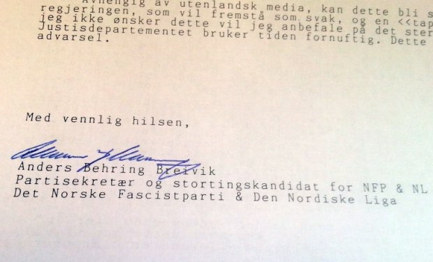 This picture taken on September 5, 2014 shows the signature under a letter by Norwegian right-wing extremist Anders Behring Breivik addressed to AFP journalist Pierre-Henry Deshayes at the AFP office in Oslo (AFP Photo / Pierre-Henry Deshayes)