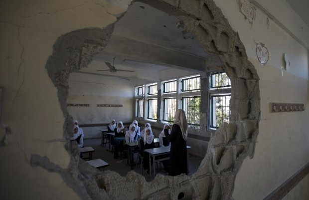Palestinian students sit in a classroom at a goverment school in the Shejaiya neighbourhood of Gaza City on September 14, 2014 (AFP Photo / Mahmud Hams)