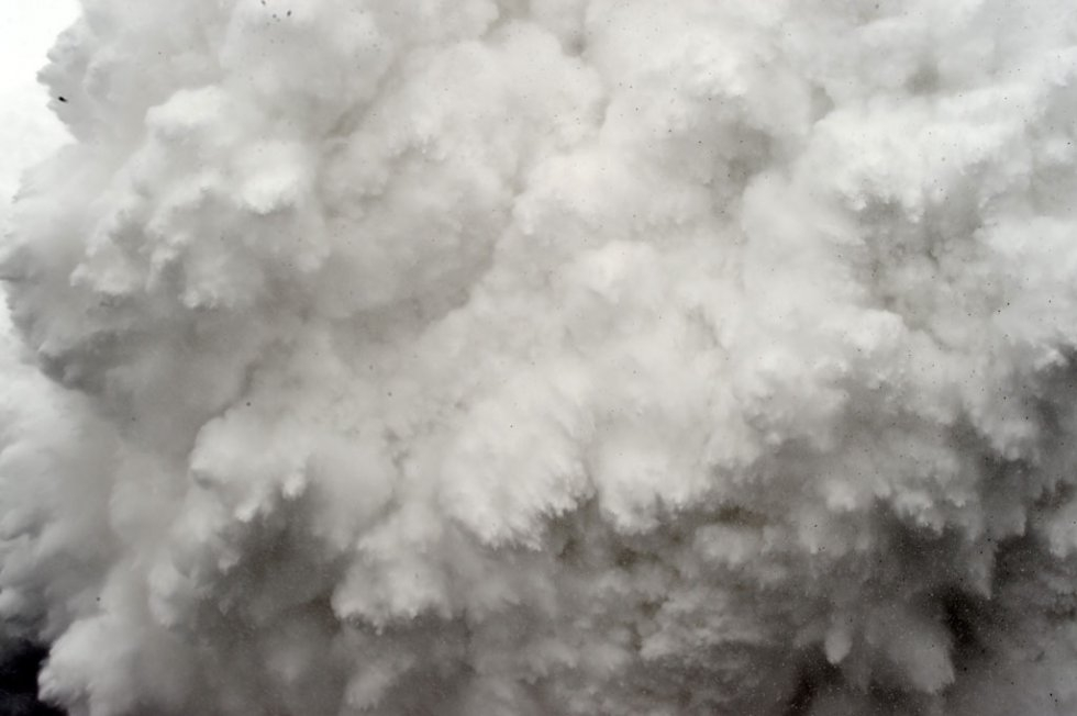 A cloud of snow and debris triggered by an earthquake flies towards Everest Base Camp on April 25, 2015 (AFP / Roberto Schmidt)