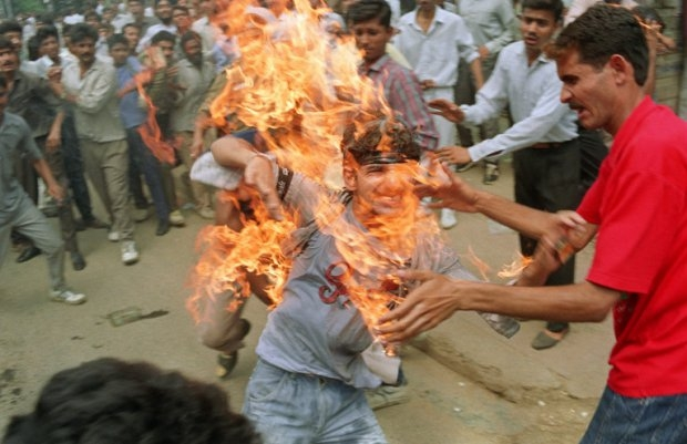 Rajeev Goswami, a 20-year-old student, sets himself on fire during a protest in Kalkaji near Delhi on September 19, 1990. (AFP PHOTO /RAVEENDRAN)