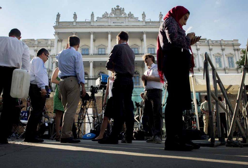 Journalists gather outside the Palais Coburg Hotel where the Iran nuclear talks meetings are being held in Vienna, Austria on July 2, 2015. (AFP PHOTO / JOE KLAMAR)