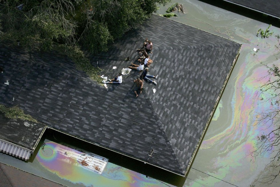 People are stranded on a roof due to flood waters from Hurricane Katrina 30 August 2005 in New Orleans (AFP Photo / pool / Vincent Laforet)
