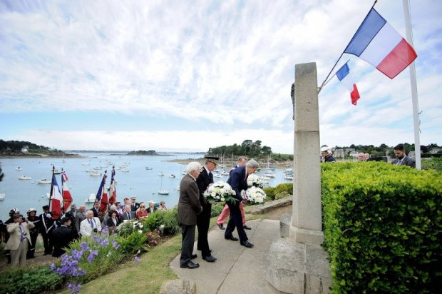 Kerry takes part in a ceremony on June 7, 2014 in Saint-Briac-sur-Mer, western France, in memory of the three US soldiers who died during liberation of the city on August 14, 1944