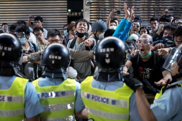 People jeer and yell at police officers in the Mongkok district of Hong Kong on October 17, 2014 (AFP Photo / Alex Ogle)