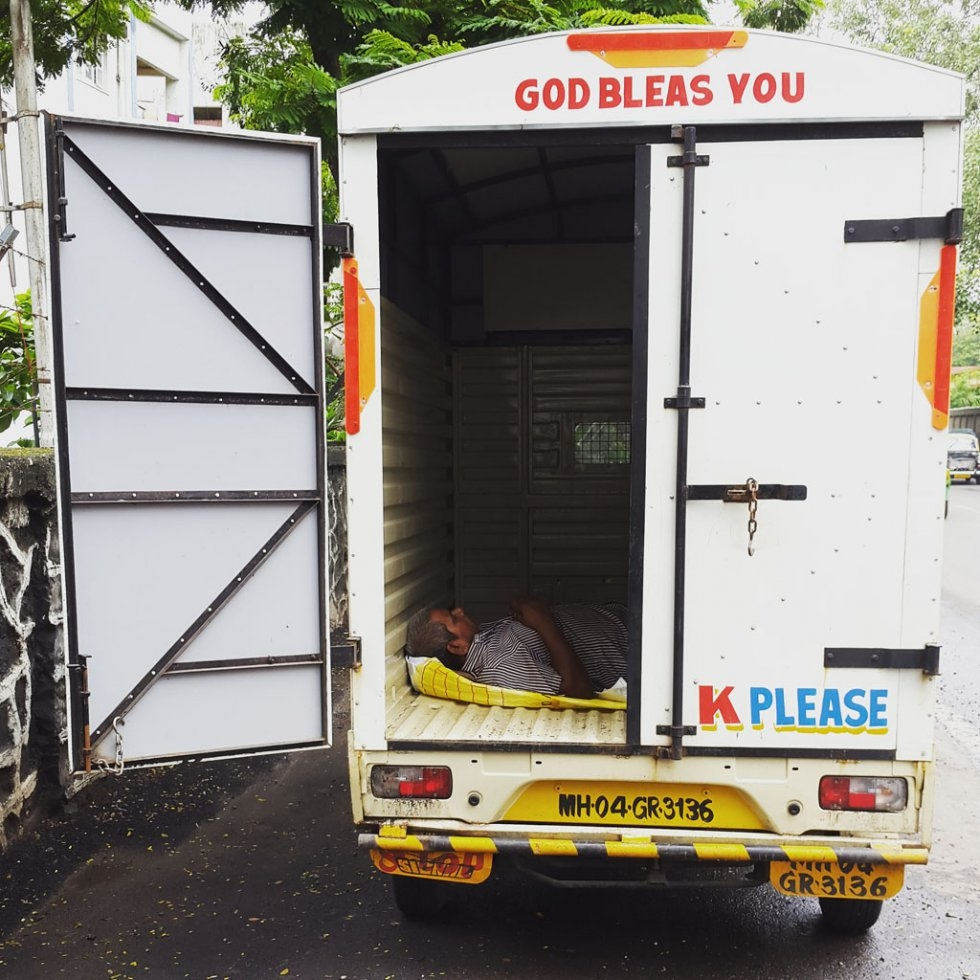 """I was on way back home after buying some groceries when I saw this deliveryman taking a snooze…"""