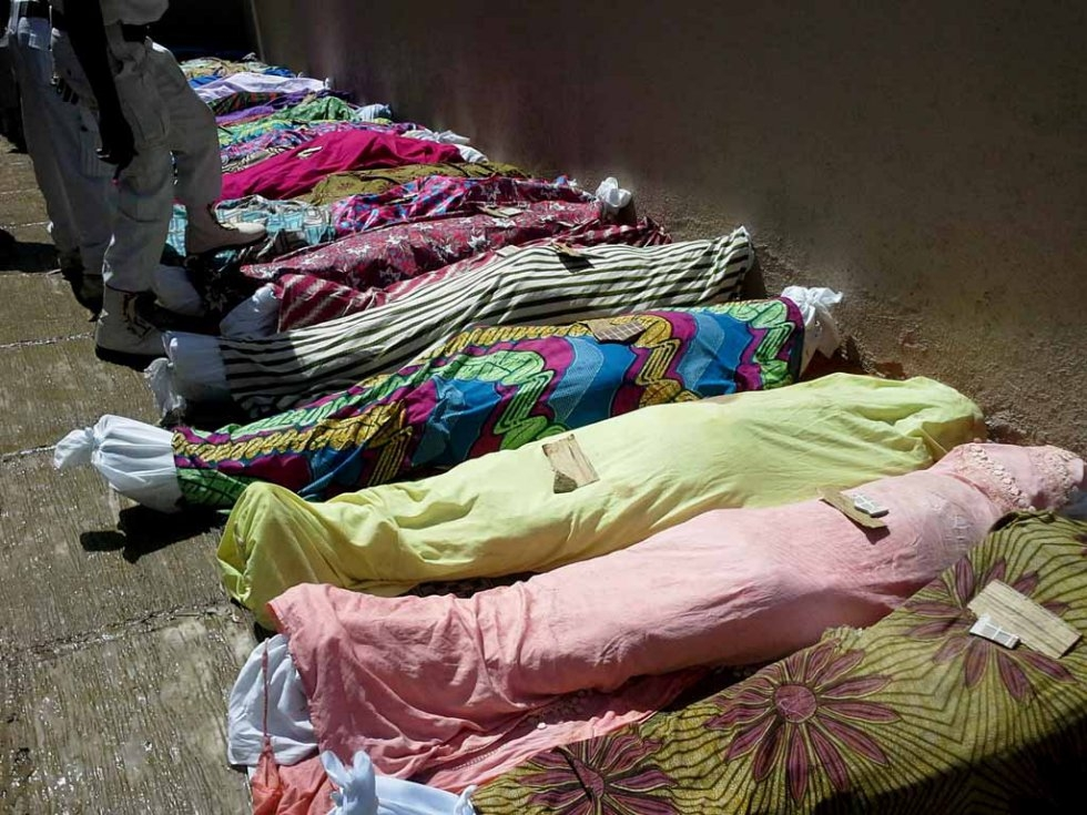 Bodies of victims from a twin bomb blasts in the central city of Jos, which killed 44 people, are prepared for burial, July, 2015. (AFP/stringer)
