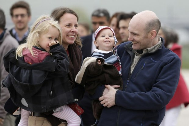 Nicolas Henin (R) is reunited with his family at the Villacoublay air base near Paris after being released from captivity in Syria, April 20, 2014. (AFP PHOTO / KENZO TRIBOUILLARD)