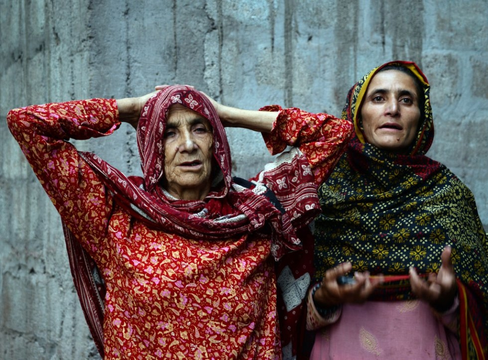 Pakistani Kashmiri Makhni Begum (L), the mother of convicted murderer Shafqat Hussain, reacts with her daughter (R) after Shafqat's execution in Muzaffarabad, the capital of Pakistani-administered Kashmir on August 4, 2015 (AFP Photo / Sajjad Qayyum)