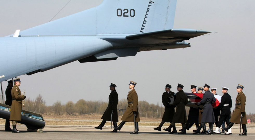 Soldiers carry the coffin of Polish President Lech Kaczynski during a farewell ceremony in Smolensk on April 11, 2010