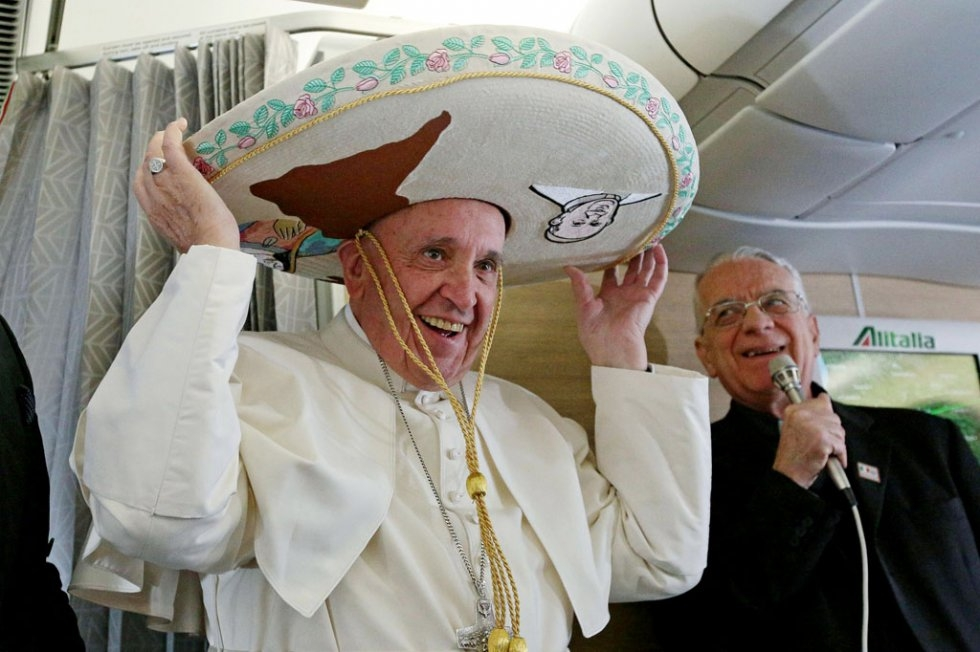 Pope Francis wears a traditional Mexican sombrero hat received as a gift by a Mexican journalist on February 12, 2016, aboard a plane from Rome to Havana (AFP / pool / Alessandro Di Meo)