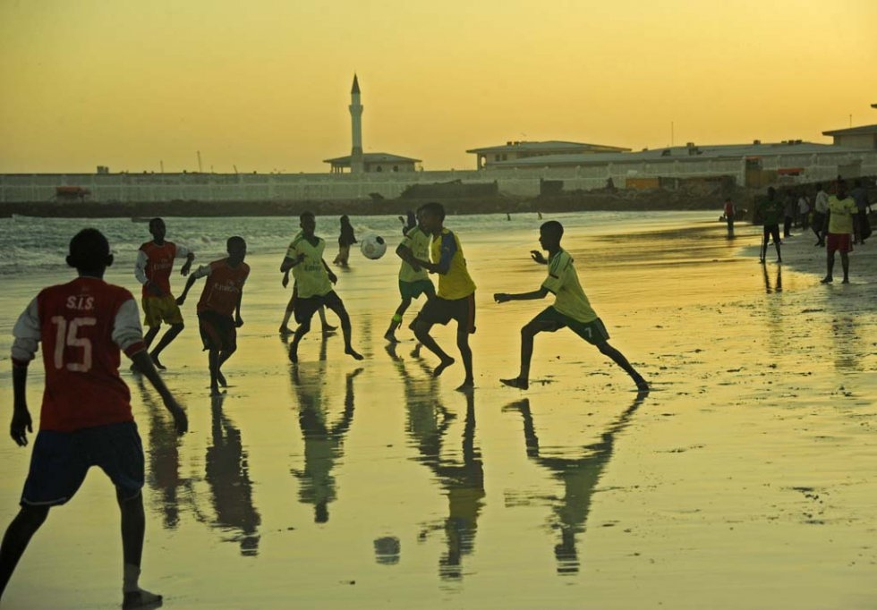 Somalis play football as the sun sets on August 11, 2015 at Lido Beach in Mogadishu (AFP Photo / Mohamed Abdiwahab)