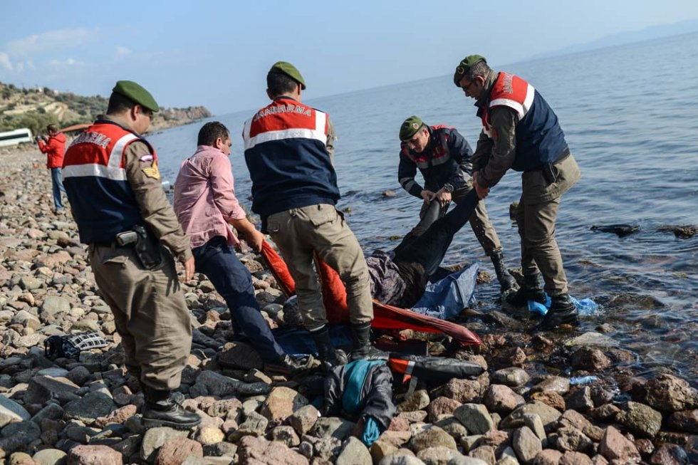 Turkish gendarmes carry the body of a migrant on a beach in Canakkale's Bademli district on January 30, 2016 (AFP / Ozan Kose)