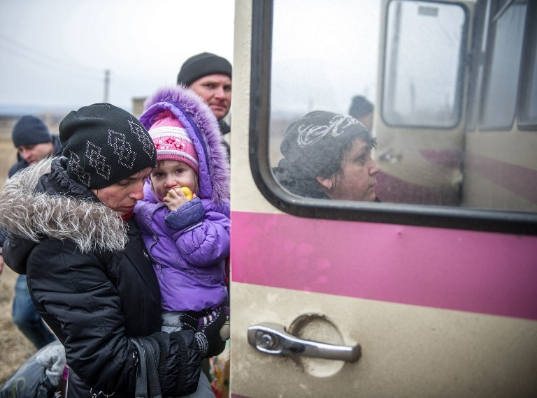 Refugees from Debaltseve get into buses in Artemivsk to escape shelling on February 5, 2015