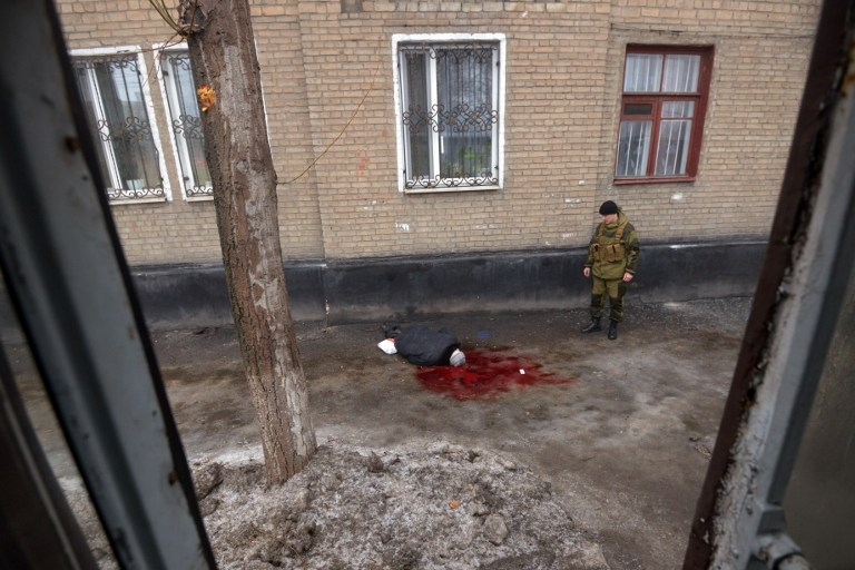 The body of a man killed by shelling in Donetsk's Kyibishevsky district, on January 30, 2015