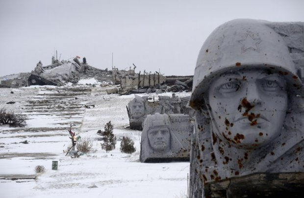 The Savur Mogyla monument to Red Army soldiers fallen in World War II near the eastern Ukrainian city of Snizhnee on December 7, 2014 (AFP PHOTO / ERIC FEFERBERG)