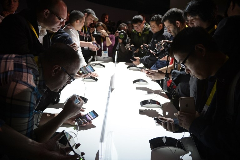 Attendees get their hands on the new LG G Flex2 smart phone at CES on January 5, 2015