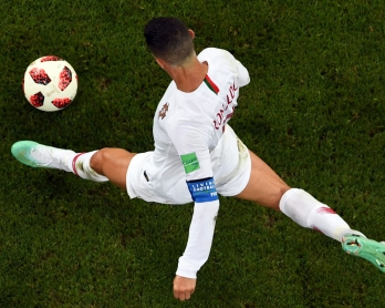 Portugal's forward Cristiano Ronaldo controls the ball during the Russia 2018 World Cup round of 16 football match between Uruguay and Portugal at the Fisht Stadium in Sochi on June 30, 2018. / AFP PHOTO / Kirill KUDRYAVTSEV / RESTRICTED TO EDITORIAL USE