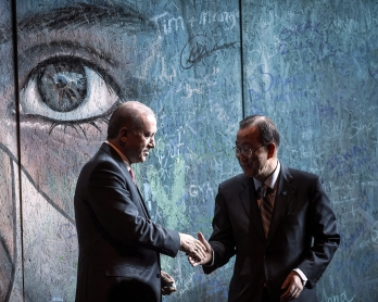 UN secretary general Ban Ki-moon (R) and Turkish President Recep Tayyip Erdogan (L) shake hands after signing a graffiti wall during the closing cerenomy of the World Humanitarian Summit, on May 24, 2016  in Istanbul.