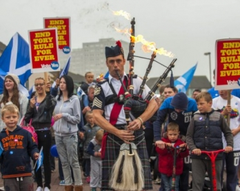 Piper Ryan Randall leads a pro-Scottish independence rally in the suburbs of Edinburgh on September 18, 2014, during Scotland's independence referendum (AFP Photo / Lesley Martin)