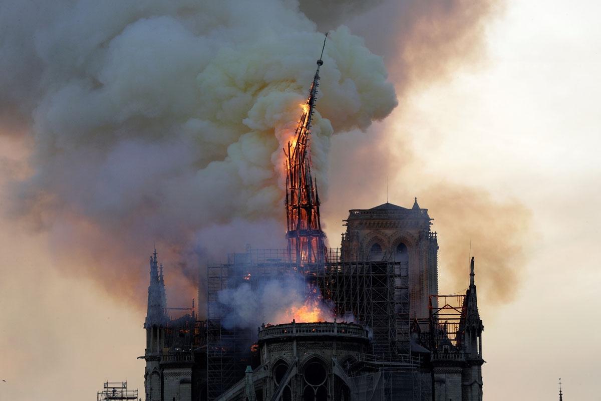 焼け落ちるノートルダム大聖堂